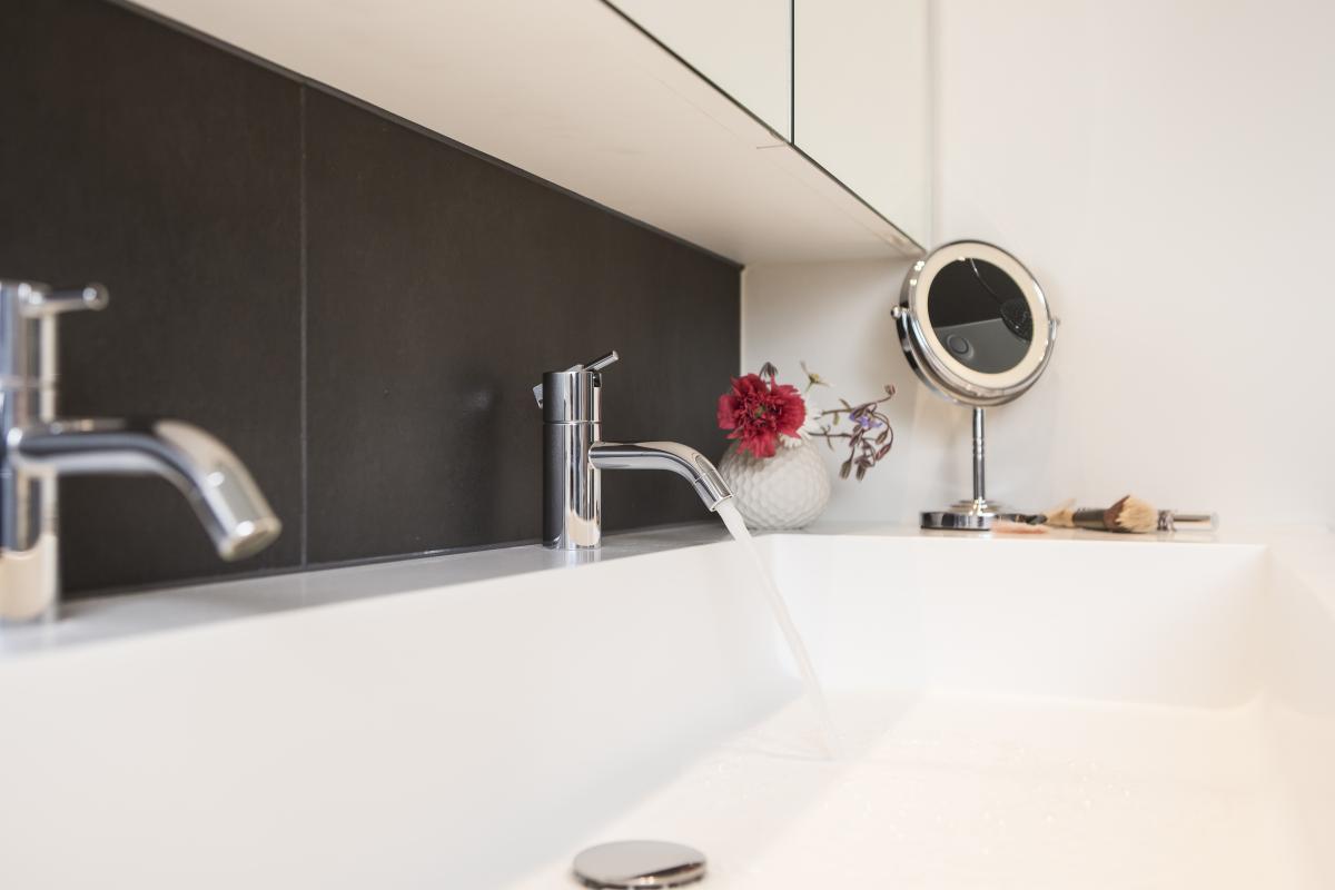 Hoge Spiegelkast Badkamer : Badkamer v.c. te roeselare naert bvba